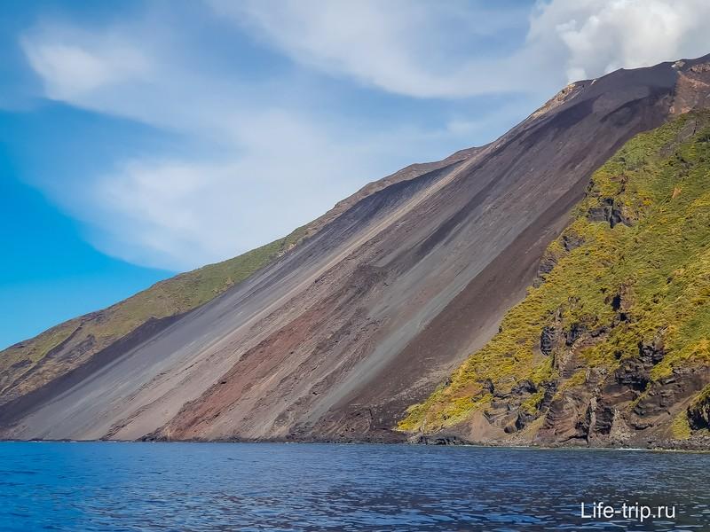 Потоки лавы стекают в море