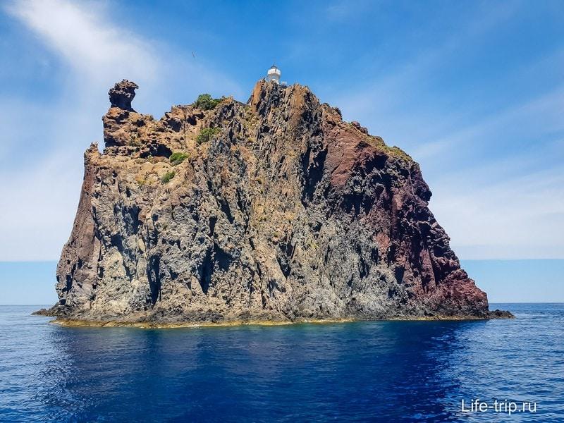 Малюсенький остров с маяком