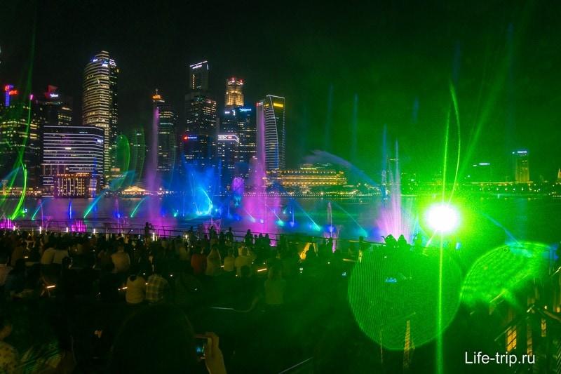 Лазерное шоу в Сингапуре около Марина Бэй - фонтаны, лазеры и свет