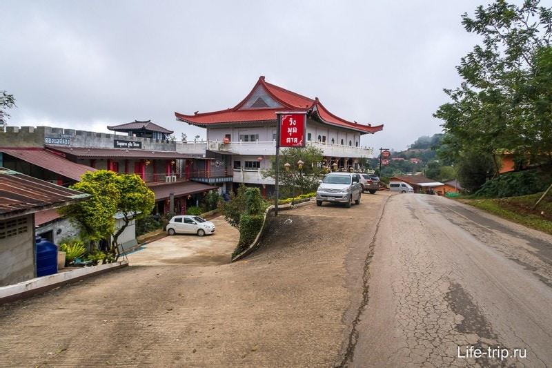 Слева здание отеля, а справа ресторан отеля.