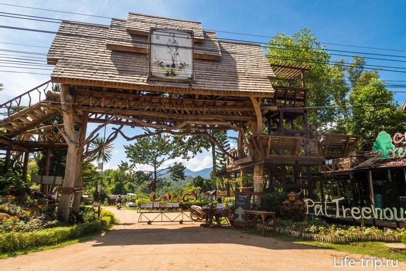 Главные ворота в Pai Treehouse Resort