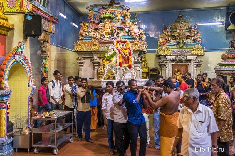Попали в храм во время какого-то обряда