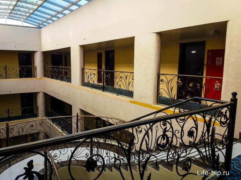 Четвертый этаж отеля, выше только крыша с бассейном