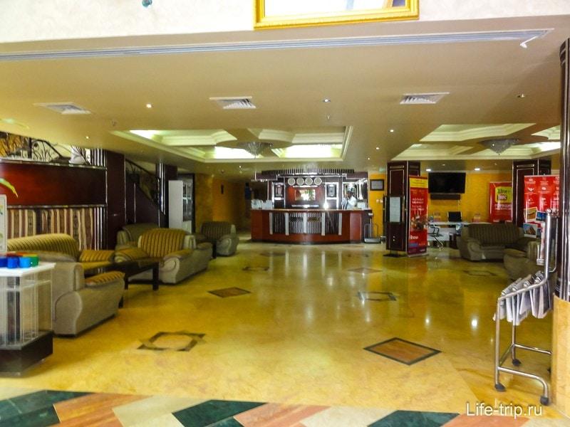 На первом этаже отеля ресепшен, обмен валюты и мини-маркет