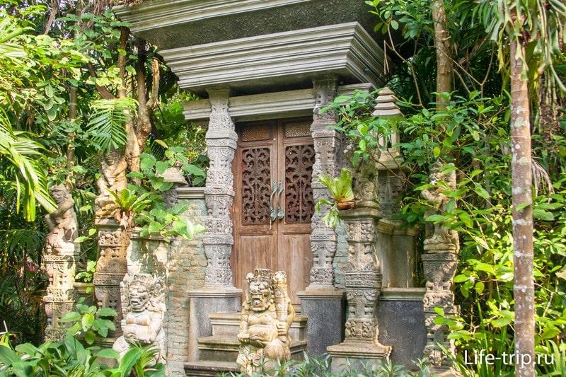 Просто фрагмент стены с дверями. Возможно что-то антикварное