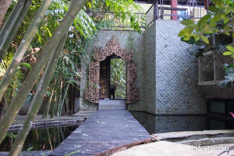 Мостик над прудом ко входу в особняк