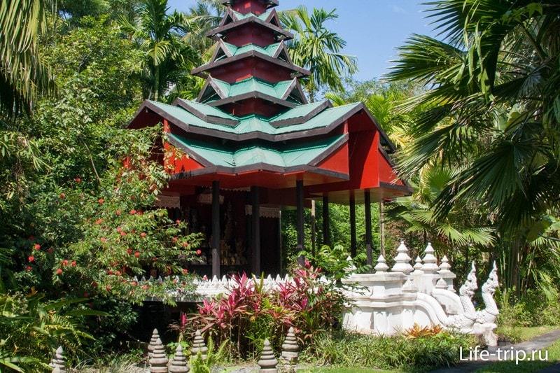 Пагода в балийском стиле напротив особняка