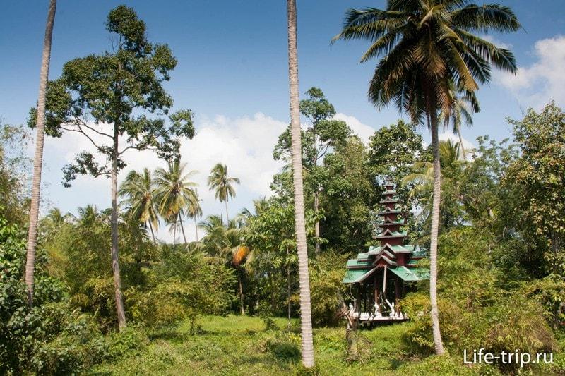 Пагода в балийском стиле в глубине территории