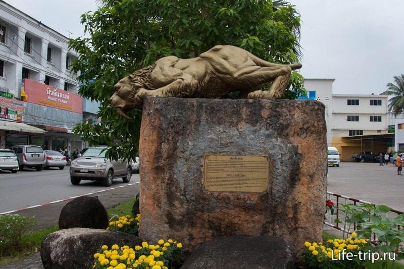 Статуя саблезубого тигра