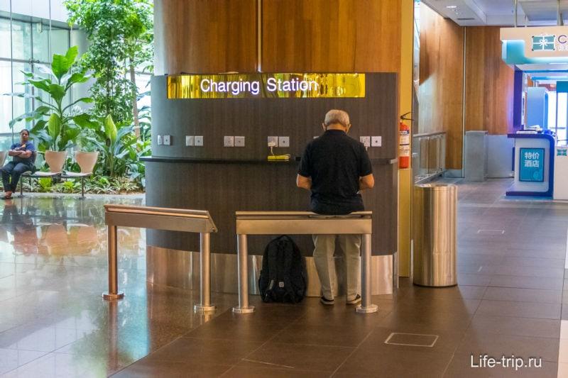 Станция для подзарядки мобильных устройств.