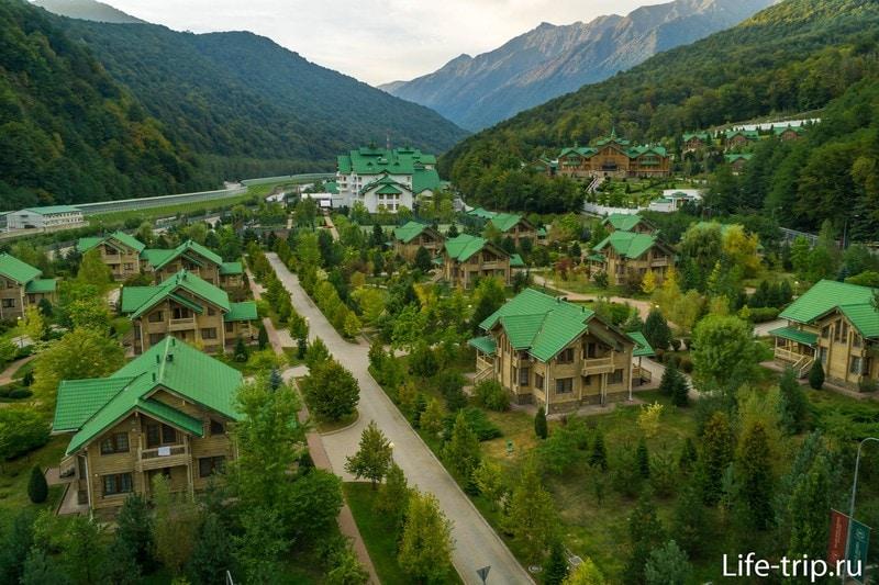 С крыши открывается неплохой вид на отель и горы