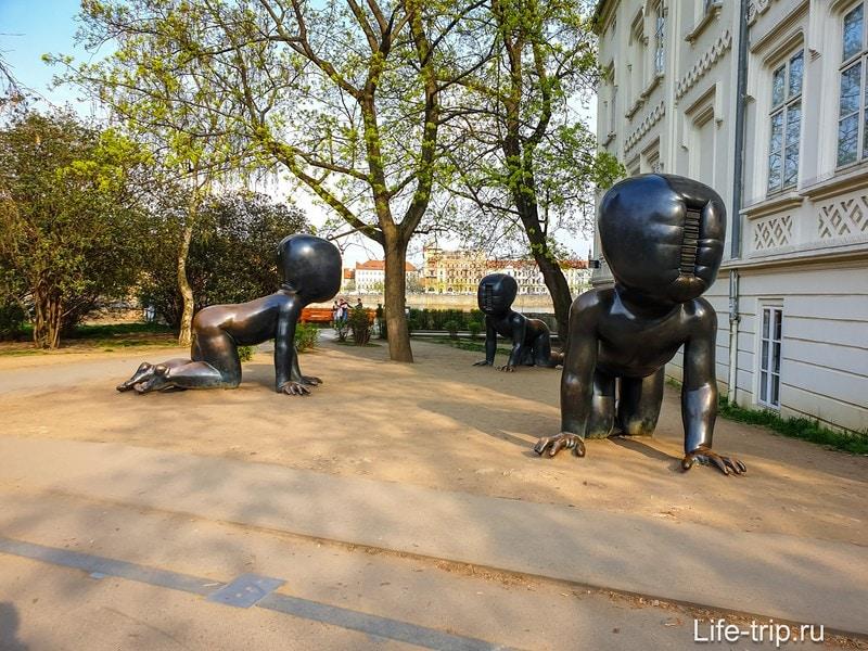 Скульптура ползающих младенцев в Праге - малыши без лица
