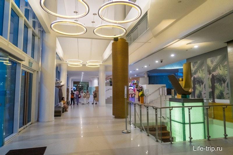 Современный холл отеля