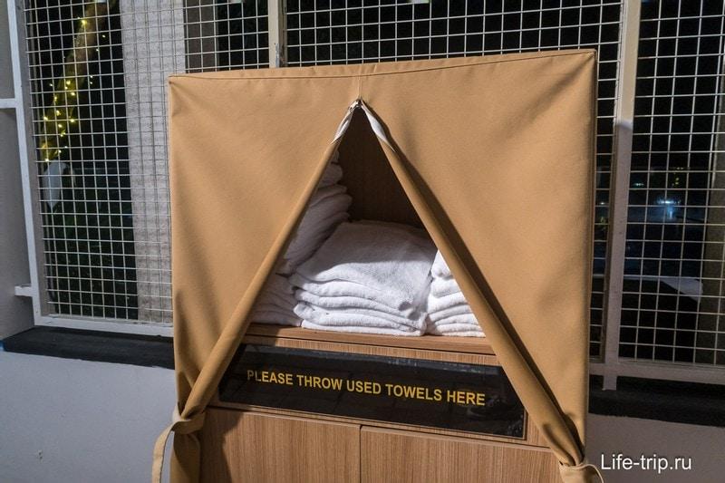 Около бассейна можно взять полотенца