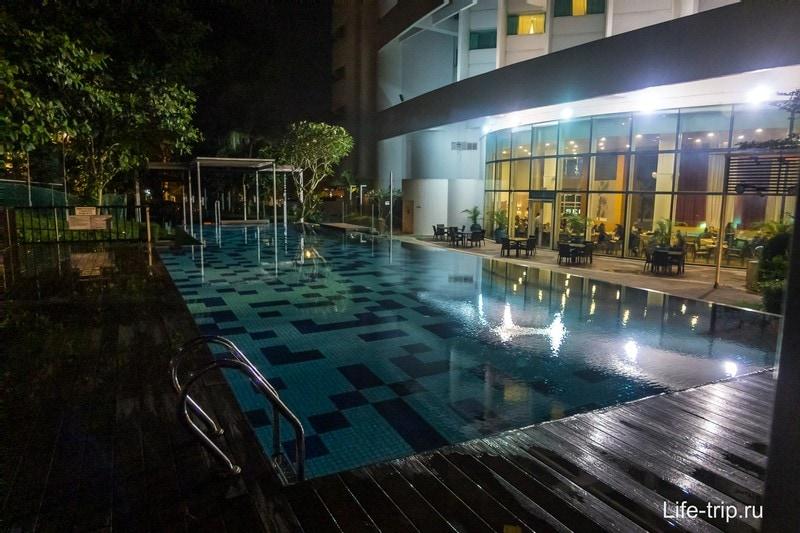 Бассейн на первом этаже, напротив ресторан отеля