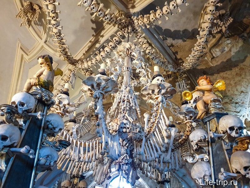 Костница в Чехии в Кутна Гора - пирамиды из черепов