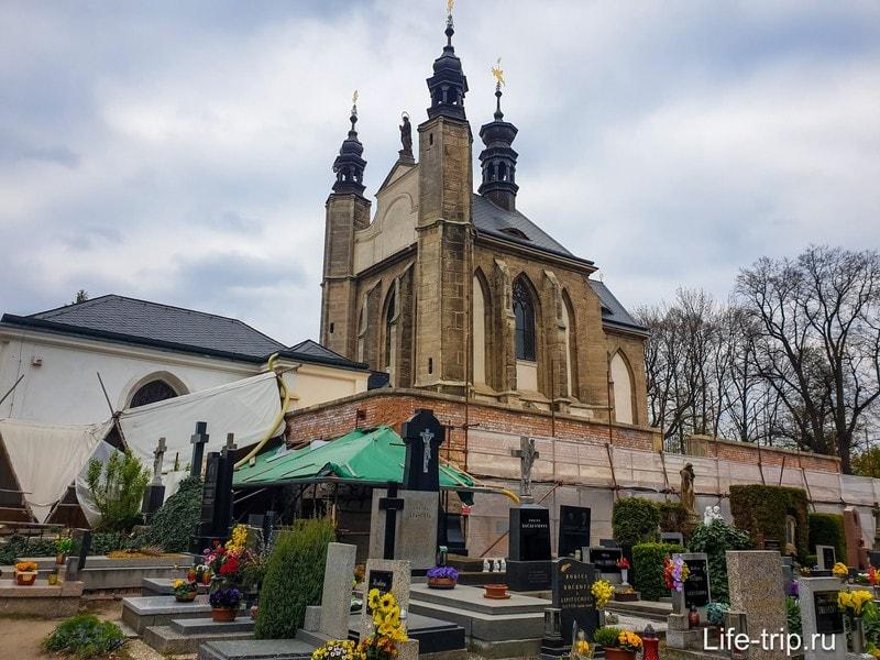 Костница в Кутна Гора, окруженная кладбищем
