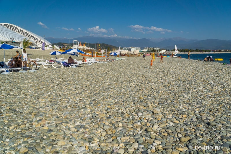 Типичный галечный пляж в Сочи