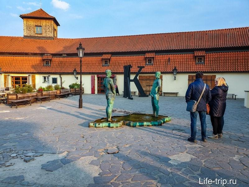 Скульптура-фонтан Писающие Мужчины в Праге