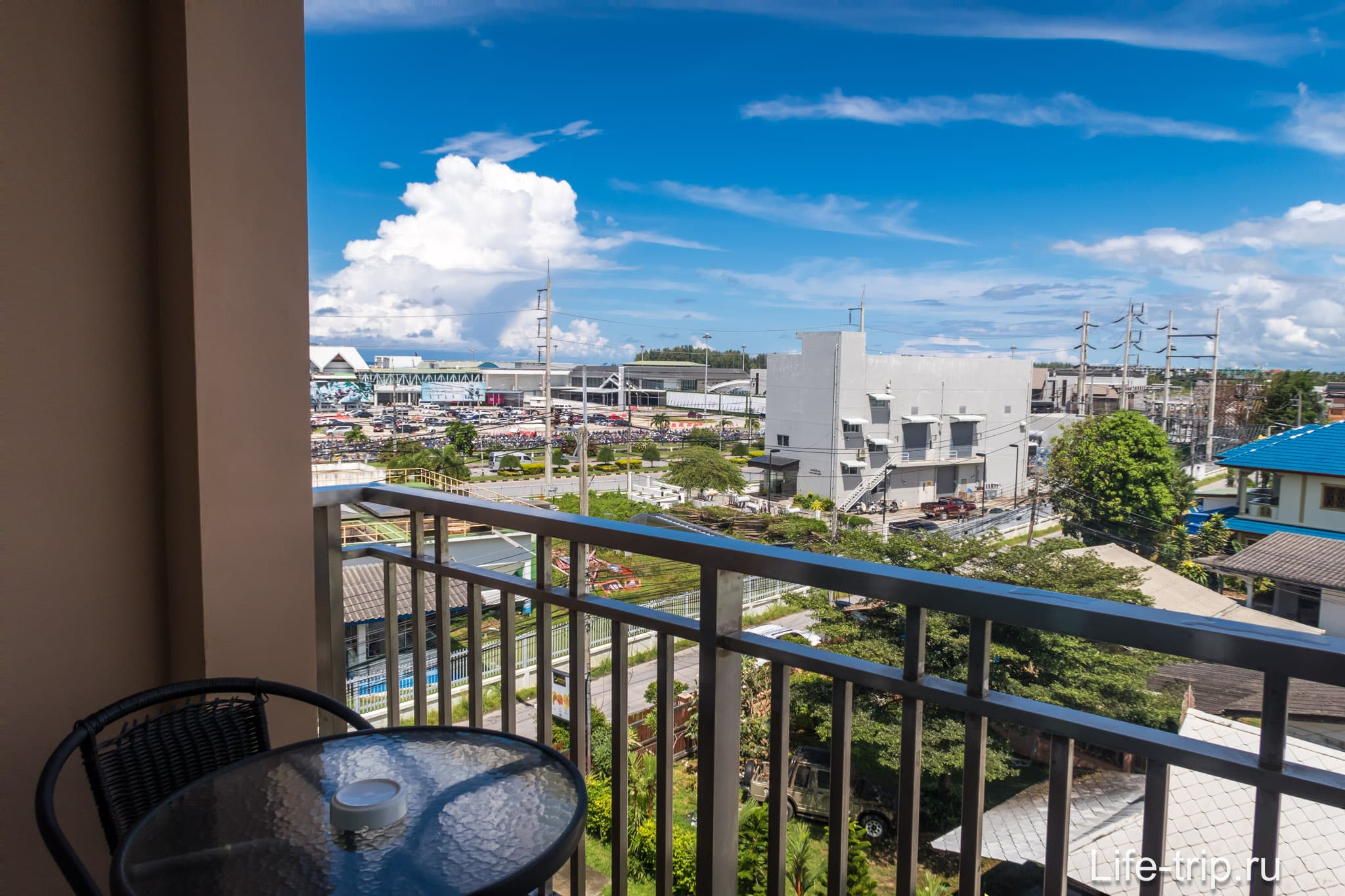 С балкона видно аэропорт