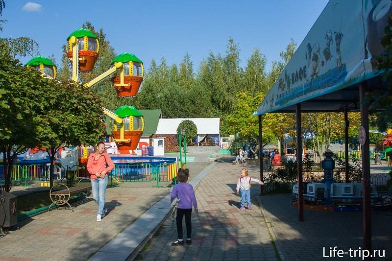 Парк аттракционов находится между двумя частями зоопарка
