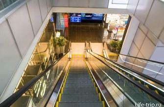 Спуск с 4 этажа на 1-й идет через лабиринт бутиков.