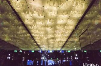Потолок в коридоре ожидания сделан в виде реального макета города