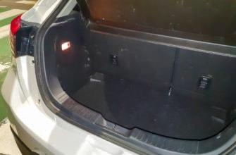 Багажник не очень большой, по пара средних чемоданов влезет