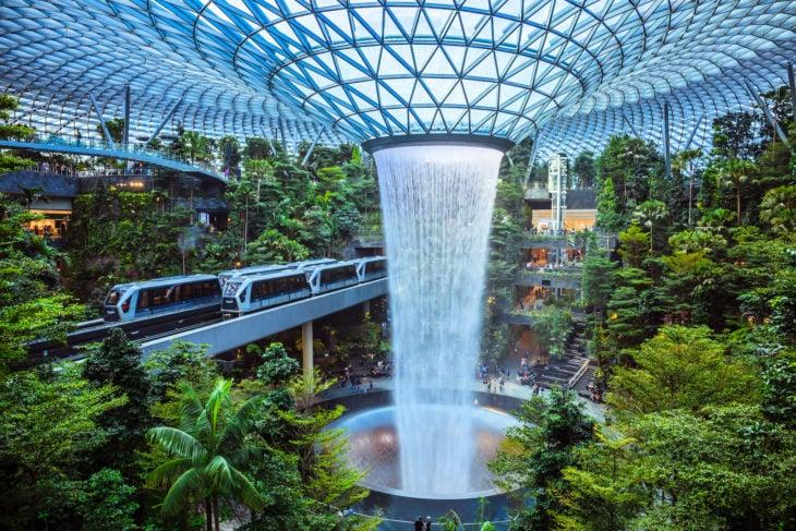 Водопад в терминале Jewel
