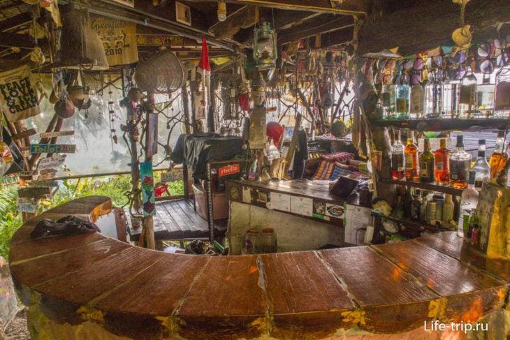 Барная стойка и позади – магазинчик хендмейда