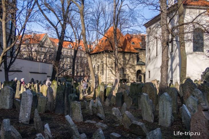 Могильные плиты на старом Еврейском кладбище в Праге