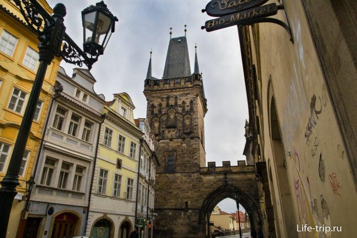 Со стороны Мостецкой улицы видно только высокую башню