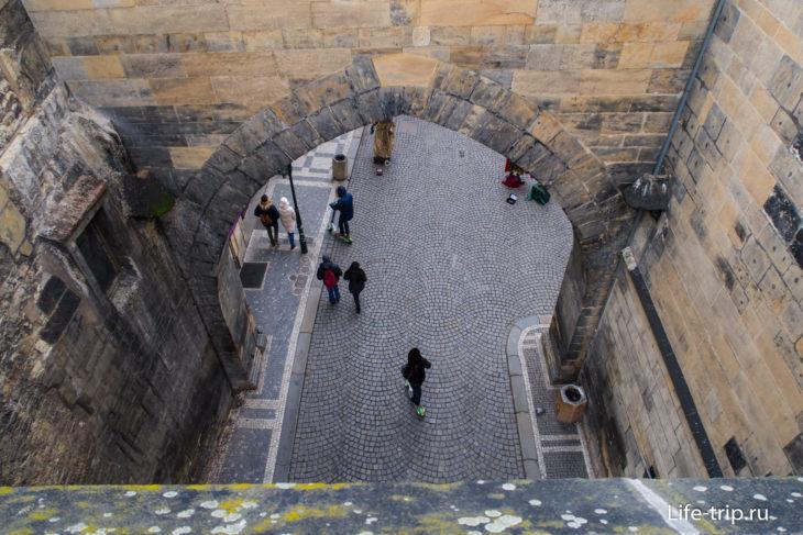 Вид с балкона в проем арки. Раньше тут были ворота