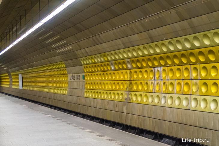 Обычная отделка станции метро.