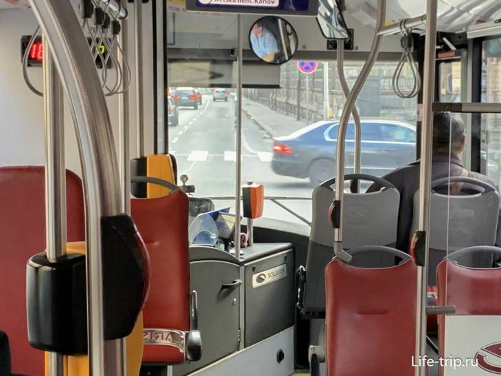 В маленьких автобусах терминал бесконтактной оплаты стоит около водителя (оранжевый). Если его нет – покупать у водителя лично.