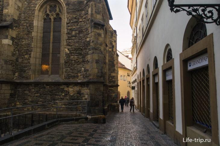 Зато было не меньше интересных проходов под стенами старинных зданий и костёлов.