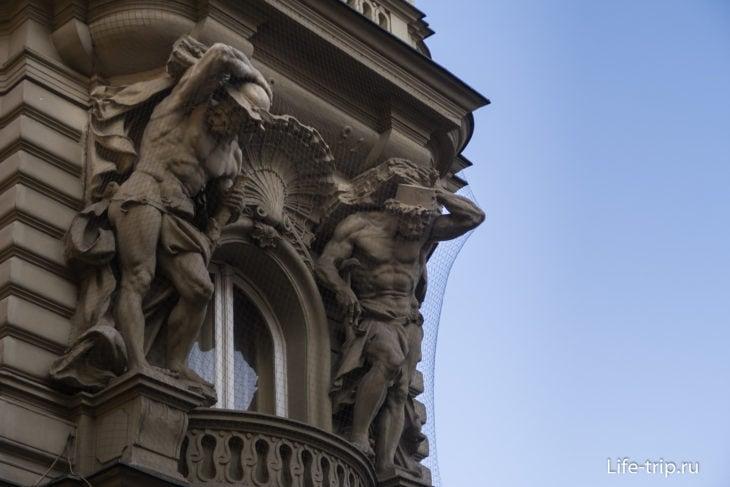 Посмотреть на крупные здания – как это, с титанами в шляпах.