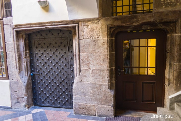 Готический жилой дом с остатками средневековой кладки.