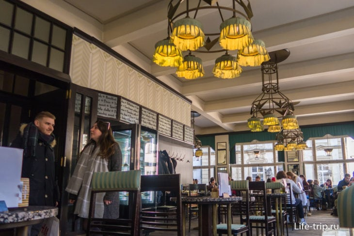 В Grand Cafe Orient  люстры сделаны в виде бутылочных крышек.