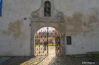 И ворота побольше