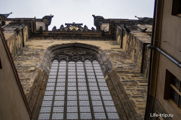 Вид вверх от центрального входа