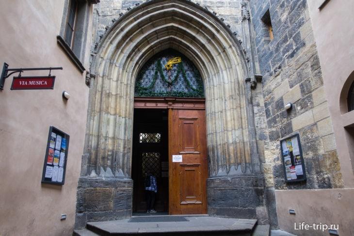 Центральный вход в храм