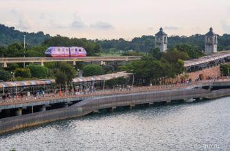 Монорельс проходит над пешеходным мостом