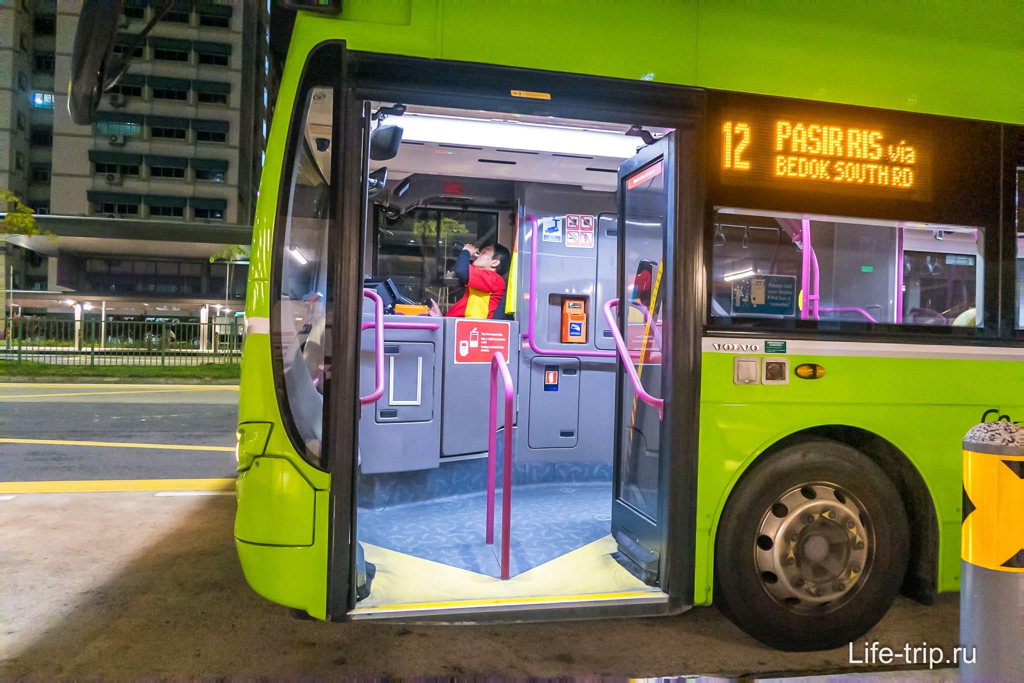 В автобус заходим через переднюю дверь