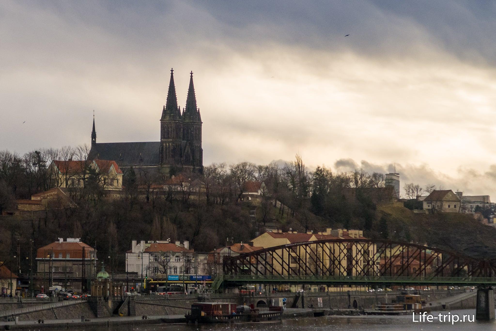 Базилика Петра и Павла в Праге, вид с другого берега Влтавы