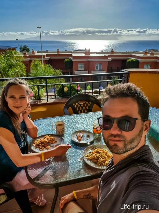 Обедаем на нашем балконе