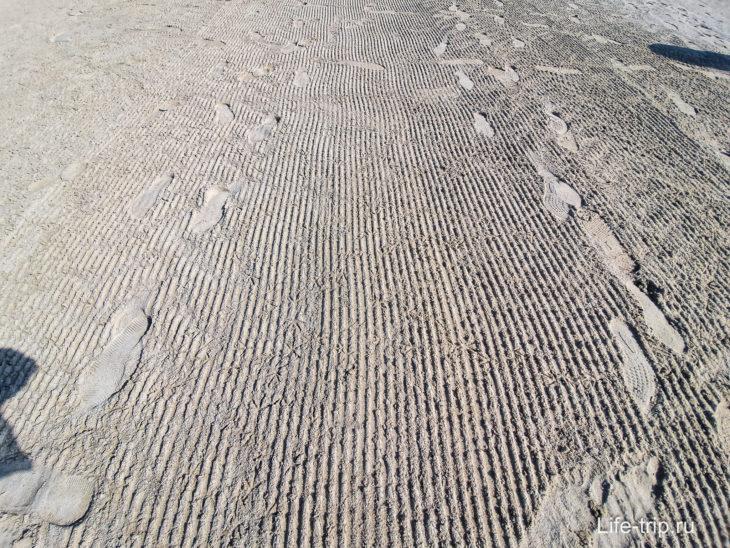Состояние песка говорит о ежедневной уборке на пляже