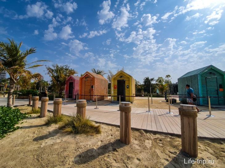 Туалеты, душевые, раздевалки на пляже La Mer