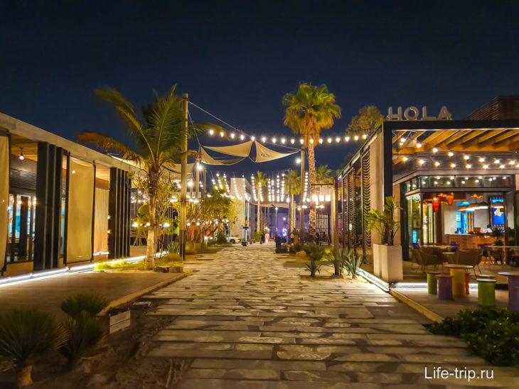 Вечером на пляже La Mer  работают все рестораны, бары и кафе