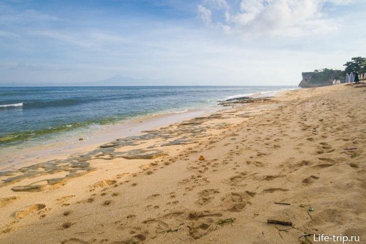 Ближе к середине пляжа Баланган камни видно сильнее